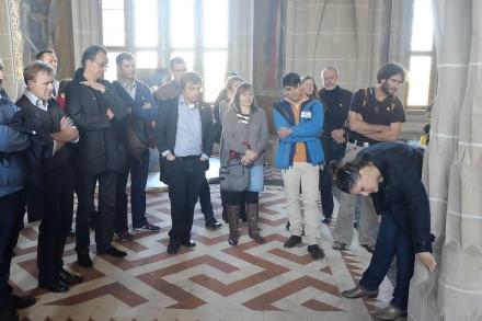 Albrechtsburg Meißen, Katja Schröck erläutert das Konstruktionsprinzip des spätgotischen Pfeilers (Foto: F. Voormann)